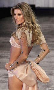 "Pamiršk ""Victoria's Secret""! Gisele Bundchen pristatė seksualių apatinių kolekciją"