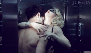 Madonna - seksualioje akinių reklamoje
