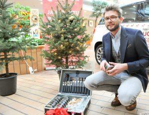 """Dizaineriai ir stilistai """"Europoje"""" kūrė vardinių Kalėdų eglučių alėją"""