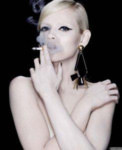 """Pavojinga mada: YSL skatina """"stilingai"""" rūkyti"""