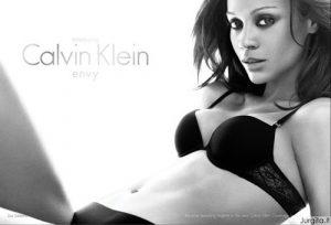 """Filmo """"Isikūnijimas"""" žvaigždė nusimetė drabužius """"Calvin Klein"""" reklamoje"""