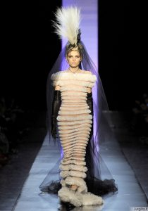 Ant Gaultier podiumo - vyras su vestuvine suknele